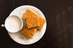 Pão de milho caseiro com queijo e iogurte, café da manhã saudável imagens de stock royalty free
