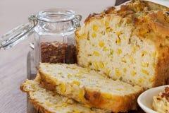 Pão de milho cortado imagens de stock