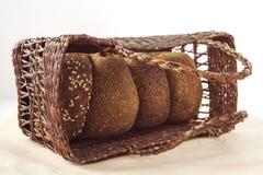 Pão de mistura em uma cesta de vime Fotos de Stock Royalty Free