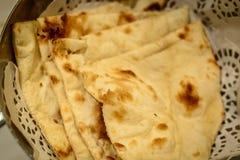 Pão de Naan em uma cesta no restaurante indiano Fotos de Stock