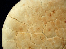 Pão de Pita com fundo preto fotografia de stock royalty free