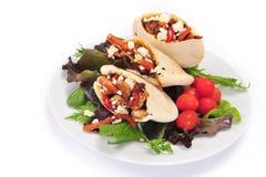 Pão de Pitta enchido com uma galinha e os vegetais imagens de stock royalty free