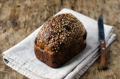 Pão de Rye com ameixas secas e porcas imagem de stock