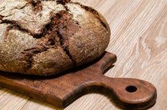 Pão de Rye com as sementes de alcaravia no quadro-negro da cozinha Fotos de Stock Royalty Free