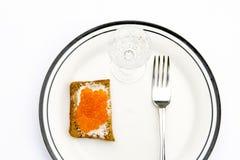 Pão de Rye com caviar vermelho em uma placa Fotos de Stock Royalty Free