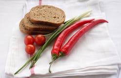 Pão de Rye com a cereja dos tomates na toalha branca Foto de Stock Royalty Free