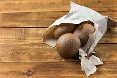 Pão de Rye no saco de papel no fundo de madeira Imagens de Stock