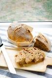 Pão de sourdough caseiro da grão inteira misturada do centeio-trigo Fotos de Stock