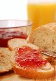 Pão de trigo inteiro com atolamento de morango Imagens de Stock