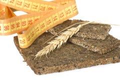 Pão de trigo inteiro com a orelha do trigo e da fita de medição Fotografia de Stock
