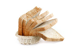 Pão de trigo inteiro na cesta Fotos de Stock