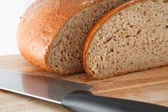 Pão de Wholemeal no fundo branco imagem de stock