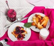 Pão delicioso dos brindes com doce caseiro do corinto com leite Imagem de Stock Royalty Free