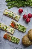 Pão dietético com ovo e rabanete de codorniz, assim como com caviar e pepinos Sandu?ches do vegetariano Fundo claro Close-up fotos de stock royalty free