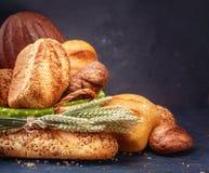 Pão diferente em um fundo escuro rústico Fotos de Stock Royalty Free