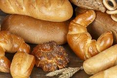 Pão diferente em uma tabela de madeira fotografia de stock