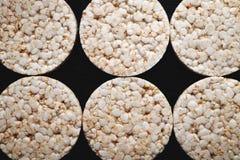 Pão do arroz em um fundo preto Textura imagens de stock