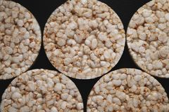 Pão do arroz em um fundo preto Textura imagem de stock royalty free