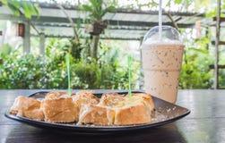 Pão do brinde com café do leite e de gelo Imagens de Stock Royalty Free