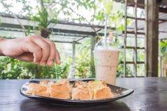 Pão do brinde com café do leite e de gelo Fotos de Stock Royalty Free