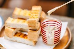 Pão do brinde com leite condensado abrandado imagens de stock royalty free