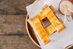 Pão do brinde com a sobremesa abrandada do leite condensado foto de stock