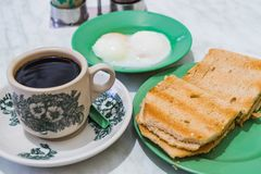 Pão do café da manhã Kaya Toast, do café de Singapura e ovo Metade-fervido imagem de stock royalty free