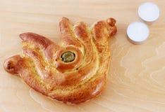 Pão do Chalá dado forma como o símbolo da boa fortuna Foto de Stock