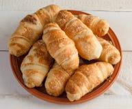 Pão do croissant na placa Fotos de Stock