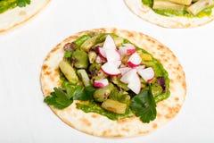 Pão do envoltório da tortilha com vegetais Fotografia de Stock