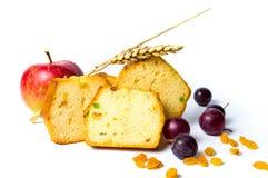 Pão do fruto com fatias das passas, da uva e da maçã Imagens de Stock
