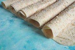 Pão do lavash do pão caseiro no fundo azul imagens de stock