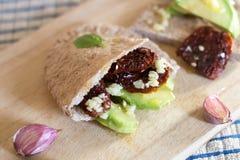 Pão do pão árabe com abacate e os tomates sundried fotografia de stock royalty free