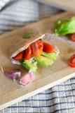 Pão do pão árabe com abacate e tomates imagem de stock royalty free