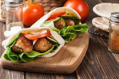 Pão do pão árabe com falafel e os legumes frescos fotografia de stock royalty free