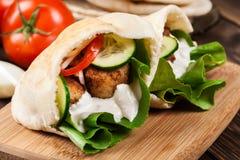 Pão do pão árabe com falafel e os legumes frescos fotografia de stock