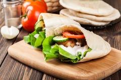 Pão do pão árabe com falafel e os legumes frescos imagem de stock