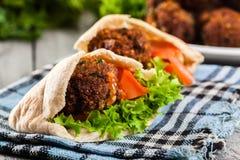 Pão do pão árabe com falafel e os legumes frescos Foto de Stock Royalty Free