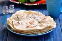 Pão do pão árabe do pão caseiro em um fundo azul imagens de stock