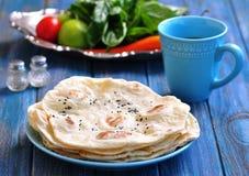 Pão do pão árabe do pão caseiro em um fundo azul fotografia de stock royalty free