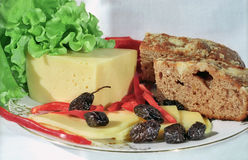 Pão do queijo, das azeitonas, da alface, do paprica e da exploração agrícola fotos de stock royalty free