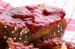 Pão doce (Chalá) com atolamento de morango imagens de stock royalty free