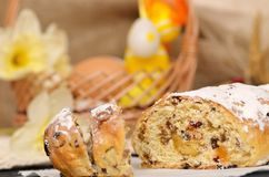 Pão doce da Páscoa com maçapão, frutos cristalizados, porcas Fotografia de Stock Royalty Free
