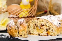 Pão doce da Páscoa com maçapão, frutos cristalizados, porcas Imagens de Stock Royalty Free