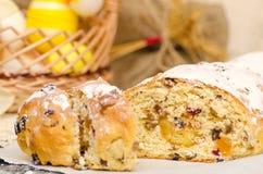 Pão doce da Páscoa com maçapão, frutos cristalizados, porcas Fotos de Stock