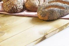 Pão dourado e crocante perfumado na mesa de cozinha Fotografia de Stock