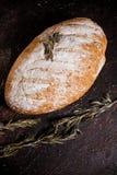 Pão e alecrins do artesão no fundo preto fotografia de stock royalty free
