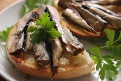 Pão e arenques pequenos. Fotos de Stock