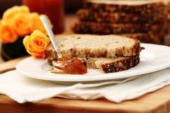 Pão e atolamento de trigo inteiro foto de stock