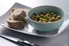 Pão e azeitonas recentemente cozidos Imagens de Stock